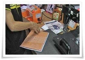 ติดเทปกาวยึกกระดาษกับกระเบื้อง,พิมพ์ภาพลงบนกระเบื้อง, ของขวัญวันรับปริญญา, ของที่ระลึกงานรับปริญญา, พิมพ์รูปรับปริญญาลงบนกระเบื้อง, พิมพ์รูปรับปริญญาลงวัสดุ