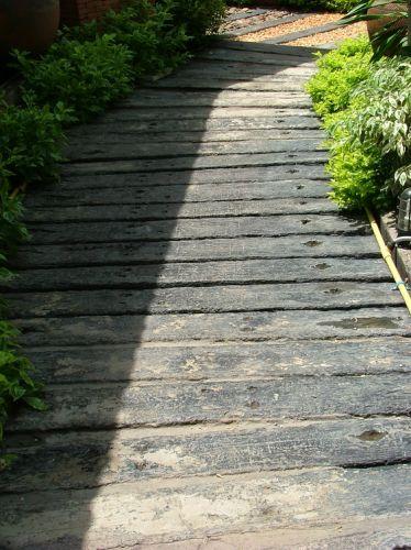 จัดสวนสวยด้วยแผ่นทางเดินลายไม้