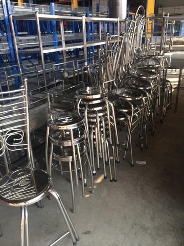 มีทั้งเก้าอี้ กลม และ แบบ มีที่พิงหลัง วัสดุ เป็นเหล็กชุบ ทอปใส