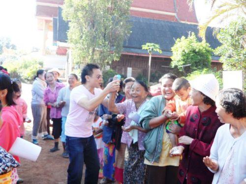 คนไทยทัวร์ สานฝัน ปันรอยยิ้มครั้งที่ 5  บริจาค เครื่องนุ่งห่มกันหนาว ผ้าห่ม ของเล่น ขนม และจัดกิจกรรมให้เด็ก ๆ  ที่ บ้านสบวิน แม่วาง เชียงใหม่