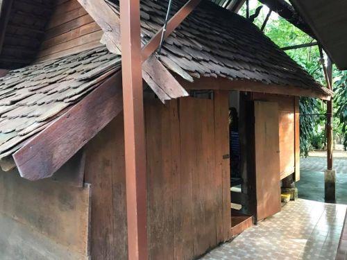 """คนไทยทัวร์ พาสักการะ วัดดอยแม่ปั๋ง  เชียงใหม่ * หลวงปู่แหวน สุจิณโณ หลวงปู่แหวนเคยจำพรรษา เมื่อพ.ศ. 2505 จนถึงมรณภาพในพ.ศ. 2528 หลวงปู่แหวนเป็นพระเกจิชื่อดังที่ชาวพุทธให้ความเคารพนับถือเป็นอย่างมาก  ภายในวัดมีพื้นที่ทั้งหมดกว่า 500 ไร่ ซึ่งครอบคลุมเนื้อที่บนดอยแม่ปั๋งทั้งหมด และมีสิ่งที่น่าสนใจ คือ เครื่องใช้ต่างๆ ของหลวงปู่แหวนก็มีจัดแสดงไว้ให้ดูออย่างครบถ้วน  พร้อมชม กุฏิหลวงปู่แหวน กุฏิไม้ที่เรียกว่า """"โรงย่างกิเลส"""" หรือ """"โรงไฟ"""" ซึ่งกุฏิหลังนี้หลวงปูแหวนได้เคยอยู่ตอนที่ท่านเป็นโรคคันทั่วร่างกาย จึงใช้กุฏินี้ก่อไฟย่างตัวเองจนหาย"""