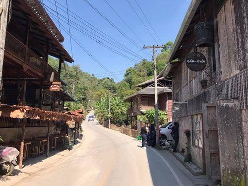 นายสุขใจ พาตะลอน จิบกาแฟ ที่ปลายหมอก ที่ หมู่บ้าน  แม่กำปอง เชียงใหม่