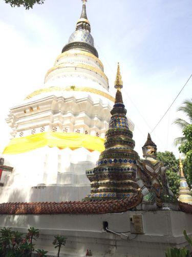 คนไทยทัวร์พาเที่ยววันนี้คือ วัดเกตการาม วัดเก่าแก่คู่เมืองเชียงใหม่มานานกว่า 500 ปี สถาปัตยกรรมภายในวัดมีสถานที่น่าสนใจทั้งพระวิหาร หอระฆัง พระอุโบสถ พระบรมธาตุเจดีย์เกศแก้วจุฬามณี พระธาตุประจำปีจอ และชมพิพิธภัณฑ์วัดเกตการาม ของวัดเกตการามเป็นวัดเก่าแก่ของเมืองเชียงใหม่ มีทั้งเหรียญ พระพุทธรูป ธงชาติไทย เครื่องมือเครื่องใช้เก่า ฯลณ จนปัจจุบันที่นี่เรียกได้ว่าเป็นอีกหนึ่งสถานที่ล้ำค่าของเชียงใหม่เลยก็ว่าได้ ใครที่อยากมา เปิดทุกวันตั้งแต่ 09.00-19.00