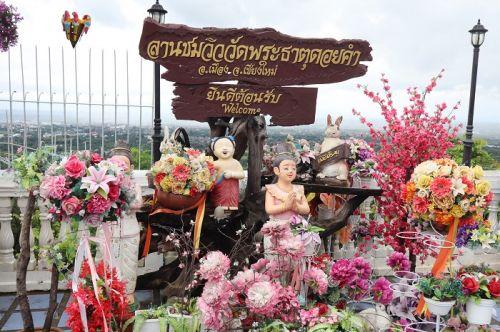 คนไทยทัวร์ พาขอพรที่ วัดพระธาตุดอยคำ เป็นพระวัดคู่บ้านคู่เมืองของ ชาวเชียงใหม่มากว่า 1,400 ปี