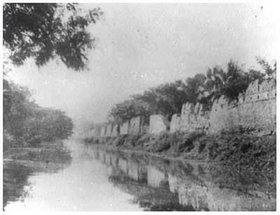 """เรื่องเล่าประตูเวียงเชียงใหม่  ประตูเวียง (ประตูเมือง)  ประตูเวียง (ประตูเมือง) จังหวัดเชียงใหม่ยังคงเป็นจังหวัดเดียวในประเทศไทยก็ว่าได้  ที่มีหลักฐานทางประวัติศาสตร์เกี่ยวกับกำแพงและประตูเมืองหลงเหลืออยู่อย่างสมบูรณ์  แม้ว่าในช่วงระยะเวลาที่ผ่านมาจะมีการบูรณะซ่อมแซมมาบ้างแล้วก็ตาม  แนวกำแพงและประตูเมืองที่เห็นในปัจจุบันยังคงมีเค้าโครงของแนวกำแพงสมัยโบราณอยู่  โดยเฉพาะก้อนอิฐซึ่งมีลักษณะใหญ่กว่าปกติ  สันนิษฐานว่าน่าจะอยู่ในสมัยของพระเจ้ากาวิละที่เข้ามาฟื้นฟูเมืองเชียงใหม่ หลังจากที่ร้างมานานกว่า ๒๐๐ ปี กำแพงเมืองและประตูเมืองเชียงใหม่มีความสำคัญ  ถือได้ว่าเป็นสัญลักษณ์ที่พิเศษ  ในอดีตเมื่อพระมหากษัตริย์จะเสด็จเข้าเมืองจะต้องเข้าเมืองที่ประตูทางทิศเหนือ  ซึ่งถือเป็นเดชเมือง ในการสร้างกำแพงเมืองเชียงใหม่ขึ้นแต่เดิมนั้น พงศาวดารโยนกกล่าวไว้ว่า เมื่อพญามังรายได้สร้างเมืองเชียงใหม่ขึ้นแล้ว  ได้ทรงขุดคูเมืองทั้งสี่ด้านนำเอาดินขึ้นมาถมเป็นแนวกำแพง  โดยเริ่มขุดที่มุมตะวันออกเฉียงเหนือคือแจ่งศรีภูมิอันเป็นทิศมงคลก่อน  แล้วก่ออิฐขนาบสองข้างกันดินพังทลาย  ข้างบนกำแพงปูอิฐตลอดแนวทำเสมาไว้บนกำแพงทั้งสี่ด้านและประตูเมืองอีกทั้ง ๔ แห่ง  คือประตูหัวเวียง(ช้างเผือก) ,ประตูท้ายเวียง(เชียงใหม่) ,ประตูท่าแพ และ ประตูสวนดอก  กำแพงเมืองเชียงใหม่มีสองชั้น คือ กำแพงชั้นในรูปสี่เหลี่ยมและกำแพงชั้นนอกหรือกำแพงดิน  กำแพงทั้งสองชั้นสร้างขึ้นไม่พร้อมกันและมีความสำคัญไม่เท่ากัน  กำแพงชั้นในสันนิษฐานว่าสร้างขึ้นในสมัยพญามังราย เมื่อครั้งสถาปนาเมืองเชียงใหม่ในปี  พ.ศ. ๑๘๙๓ ส่วนกำแพงชั้นนอกสันนิษฐานว่าสร้างประมาณพุทธศตวรรษที่ ๒๒  ในรายงานการวิจัยเรื่อง """"ชุมชนโบราณในแอ่งเชียงใหม่ - ลำพูน"""" โดยสรัสวดี อ๋องสกุล  กล่าวถึงความสำคัญของกำแพงเมืองทั้งสองว่า  กำแพงเมืองชั้นในมีความสำคัญกว่ากำแพงเมืองชั้นนอก ซึ่งพิจารณาจากการใช้สอยพื้นที่พบว่า ภายในกำแพงเมืองชั้นในถือได้ว่าเป็นศูนย์กลางการปกครองเพราะเป็นที่อยู่ของ  กษัตริย์และเจ้านาย รวมทั้งเป็นที่ตั้งของวัดสำคัญหลายแห่ง เช่น วัดพระสิงห์ วัดเจดีย์หลวง  วัดเชียงมั่น ด้านถนนภายในกำแพงเมืองมีลักษณะตัดตรงเป็นเรขาคณิต  เมื่อเปรียบเทียบกันกำแพงเมืองชั้นนอกแล้วพบว่า  กำแพงชั้นนอกเป็นที่อยู่ของช่างและพ่อค้าเป็นกลุ่มชาติพันธุ์หลากหลาย อาทิ  ชาวเขิน มอญ พม่า ไทใหญ่และไ"""