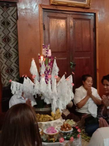 คนไทยทัวร์ พาลูกค้า ที่มาทัวร์หลวงพระบาง  / Luang Prabang ทานอาหารเย็น และ ทำพิธีบายศรีสู่ขวัญ เป็นพิธีกรรมที่เป็นสิริมงคลเป็นการผูกมิตรไมตรีระหว่างเจ้าบ้านของสถานที่นั้น ๆ และ นักท่องเที่ยวผู้มาเยือน