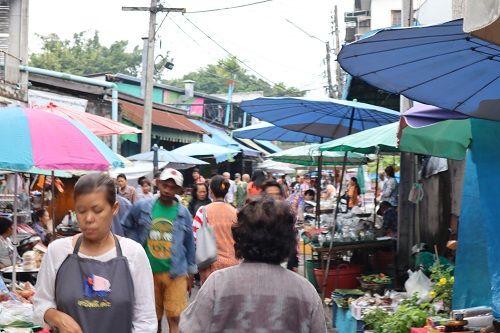 🔹ตลาดประตูเชียงใหม่ (กาดประตูเชียงใหม่) ที่นี้มีอาหารพื้นเมือง น้ำพริกหลากหลาย ไส้อั่ว หมูทอด แคปหมู     🔹ชมวิธีชาวเชียงใหม่ ยามเช้า มาเที่ยวทั้งทีเอาให้คุ้ม กับ คนไทยทัวร์