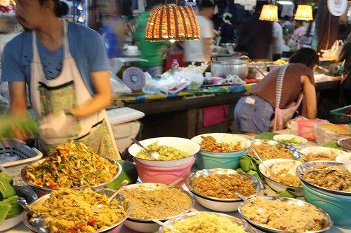 🔹คนไทยทัวร์ พาเดิน ที่ ตลาดประตูเชียงใหม่ (กาดประตูเชียงใหม่)  ที่นี้มีอาหารพื้นเมือง น้ำพริกหลากหลาย ไส้อั่ว หมูทอด แคปหมู