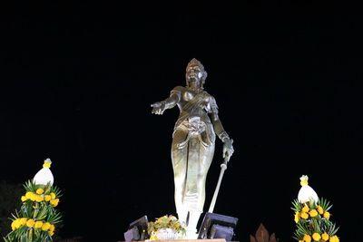 คนไทยทัวร์ พาแวะ  ขอพร ที่ อนุสาวรีย์พระนางจามเทวี จ.ลำพูน