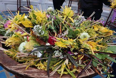 คนไทยทัวร์ พามา ชมงานประเพณีใส่ขันดอก ณ วัดเจดีย์หลวง วรวิหาร  เชียงใหม่   บูชาเสาอินทขิล(เสาหลักเมือง)เชียงใหม่  วันที่ 30 พ.ค.-6 มิ.ย. 7 วัน 7 คืน    ชาวเชียงใหม่ก็มีความเชื่อเช่นกัน ว่า เสาอินทขิล หรือ เสาหลักเมือง    เป็นเสาหลักที่สร้างความมั่นคงการอยู่ดีมีสุขให้คนเชียงใหม่ ในทุกๆ ปี    จะต้องมีพิธีสักการบูชาเสาอินทขิล เพื่อสร้างขวัญและกำลังใจเป็นสิริมงคลแก่ชีวิตให้แก่ชาวบ้านและบ้านเมือง.    ยังกล่าวได้ว่าเป็นประเพณีที่คงความเป็นล้านนาได้อย่างดั้งเดิม   ซึ่งในวันแรกของการเข้าอินทขิล มีการแห่พระเจ้าฝนแสนห่า หรือพระพุทธรูปคันธารราษฎร์รอบตัวเมือง    เพื่อให้ประชาชนสรงน้ำและใส่ขันดอก เพื่อเป็นสิริมงคลกับชีวิต มีการทำพิธีเจริญพระพุทธมนต์บูชาเสาอินทขิล    ซึ่งฝังอยู่ใต้ดินภายใต้บุษบกที่ประดิษฐานองค์ ในพิธียังมีชาวบ้านพากันนำเอาดอกไม้ธูปเทียน น้ำขมิ้นส้มป่อย    ใส่พานหรือภาชนะไปทำการสักการะ ซึ่งบริเวณรอบ พระวิหารเสาอินทขิล    ทางวัดจะจัดขันโตกไว้จำนวน 32 โตกควรใส่ให้ครบ 32 โตก เพราะหมายถึงขวัญมงคล 32 ประการในร่างกาย    เวลาใส่ขันดอกให้เวียนขวา ดอกไม้บูชามักนิยมดอกบัว ดอกกุหลาบ ใช้พร้อมธูป 3 ดอก เทียน 1 เล่ม ต่อดอกไม้ 1 ชุด    มักจะแต่งกายชุดพื้นเมืองสุภาพไปใส่ขันดอก เพื่อเป็นการสักการบูชา เมื่อเสร็จพิธีจะมีมหรสพสมโภชตลอดงาน
