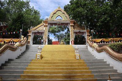 คนไทยทัวร์ พาสักการะขอพร รอยพระพุทธบาท และ พระเกศาธาตุ ที่ วัดพระธาตุดอยสะเก็ด เชียงใหม่