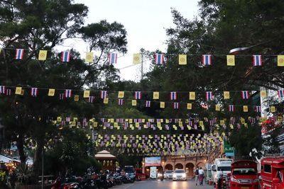 อากาศดีเย็นนี้ คนไทยทัวร์ พาเที่ยว ไหว้พระที่ วัดพระธาตุดอยสุเทพราชวรวิหาร