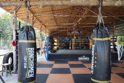 """คนไทยทัวร์ พา The Gang มาเที่ยว กันที่ 👊Banchamek Gym หรือ Buakaw Village  👊🏼พี่บัวขาว บัญชาเมฆ นักมวยชื่อดัง 👊🏼  🌾 พื้นที่กว่า 100 ไร่ อ.แม่แตง เชียงใหม่ ห้อมล้อมด้วยขุนเขาและนาข้าว แต่วันนี้ ยังไม่เขียวเต็มที่  🌾บรรยากาศสดชื่นชุ่มปอด และยังมี ร้านอาหารบรรยากาศสุดฟิน ร้านของที่ระลึก และมี ถ้วยรางวัล ทั้งหมด ที่ผ่านการชนะมาแล้ว ทั่วโลก มีไว้ที่นี่ และยังสามารถซื้อ ของที่ระลึก อาทิ หมวก รองเท้า เสื้อ กางเกงมวย นวม น้ำมันมวย ที่น่าสะสมเป็นอย่างมาก  💪แอบเสียดาย ไม่เจอ Idol ศฺิษย์พี่ในตำนาน  💪Buakaw Village Present Muaythai Training Camp for Beginners It is More Than a Gym Inside the Jungle  """"I WANTED TO PROTECT THE REPUTATION OF MUAY THAI""""  BUAKAW SOMBAT BANCHAMEK"""