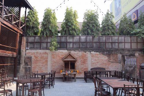 คนไทยทัวร์แวะมาลอง และ แนะนำร้านอาหาร กิติพาณิช เชียงใหม่  🌶 Kiti Panit Restaurant ,Chiang Mai . A place where the memorable ambience exists with the familiar taste.  🍨สไตล์ เชียงใหม่ วินเทจ อายุตึกน่าจะมากกว่า 100 ปี 📌 มานี้ ลองกินข้าวซอยไก่แห้ง ถึงเครื่องดี หวาน เค็ม แอบ เผ็ด เบาๆ อยากเผ็ด ก็ เติมเพิ่มได้ 📌 บรรยากาศร้านแบบนี้ หายากนักในตัวเมืองเชียงใหม่ ก่อนถึงประตูท่าแพ นะจ้า 📌 พนักงานที่นี้ถือว่าออเคเลย ฝึกมาดี รักษาสิ่งนี่ไว้นะจ้า