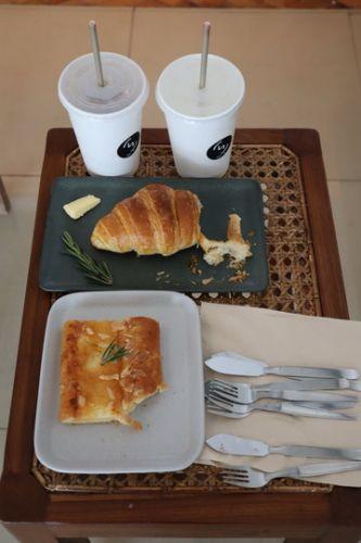 🔰Konthaitour Review  กันที่ TWO-โท  café ,Chiang Mai  🔔 พิธีกรน่ารักของเรา :  น้อง L     ▶️ ตกแต่งสไตล์ Minimal โทนขาว ภายใต้แนวคิด 'ความแตกต่าง ทุกอย่างมี 2 ด้าน'  ร้านใสๆวัยรุ่นชอบ  และมาถ่ายรูป 📸  ❤️ตึก 2 คูหาจัดสรรได้อย่างลงตัว ติดคูเมืองเชียงใหม่  ✔️และแอบเห็นเจ้าของที่นี้ยังใจบุญช่วงที่ผ่านมาก็ นำข้าวกล่อง-อาหารมาแจกกับผู้ประสบภัย Co-Vid เป็นประจำ   💠 คนไทยทัวร์ จึงมาขอตอบแทน สำรหรับความดีที่ตั้งใทำที่ผ่านมา   💛www.facebook.com/twocafechiangmai  💎💎💎💎💎💎💎💎💎💎💎💎💎💎💎💎💎💎  💠ธุรกิจ SMe ทุกรูปแบบ โรงแรม ที่พัก ร้านอาหาร ร้านกาแฟ ร้านของกิน ที่ไหน คิดว่าดี อร่อย แจ๋ว  📢 บอก คนไทยทัวร์ ได้เลย อย่าได้เกรงใจ เราจะไปช่วยท่านถ่ายรูป ถ่ายวีดีโอ ช่วยโปรโมต ในสื่อ online ของทางเรา  🔷 หมายเหตุ : ขอเริ่มเน้นที่เชียงใหม่ ก่อนนะครับ  ✔️Inbox ข้อความ แนะนำตัวมาได้เลยทุกช่องทาง  ✔️โทร : 063-7892562  ✔️อีเมล์ : konthaitour@hotmail.com  ✔️Line id : @konthaitour  #chiangmaicafe #หาร้านกาแฟเชียงใหม่ #TWOcafé #konthaitourreview  #cafereviewchiangmai