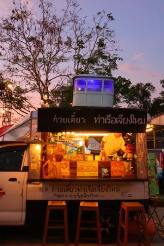 คนไทยทัวร์ แวะมาให้กำลังใจเพื่อนบ้านชาวเชียงใหม่ กันที่  กาดฮอมน้ำใจ ลานสีดอ ท่าช้าง คาเฟ่ เชียงใหม่