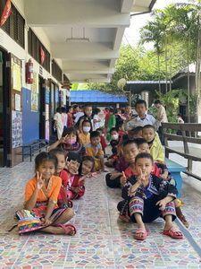 ยามเด็ก ดุจผ้า ขาวสะอาด ใช้ความฝัน มาวาด สร้างสิ่งใหม่ อนาคต ของชาติ วันต่อไป ขอฝากใน มือน้อย ของพวกเธอ นะจ้า