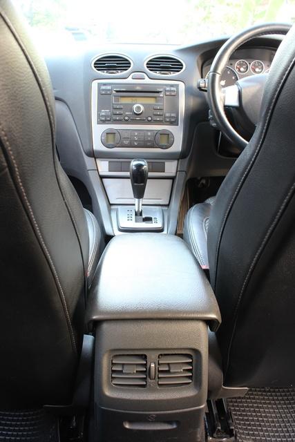 เมื่อนั่งอยู่ในตำแหน่งคนขับมีคือความรู้สึกว่ากระชับตัวดีเพราะเบาะนั่งทำมาในแนว Sport ออกแนวคล้ายๆกับ Bracket Seat และทัศนวิสัยในการมองกระจกด้านข้างนั่นถือว่าใช้ได้ไม่แคบเกินไป แต่ในส่วนของกระจกมองหลังนั้นค่อนข้างแคบไปนิด อาจจะเพราะการออกแบบของตัวรถด้วย ซึ่งจะทำให้เห็นรถที่ตามมาข้างหลังลำบากไปสักหน่อย แต่ก็ถือว่าพอรับได้  โดยส่วนตัวผมจะใส่ใจเรื่องความเงียบในห้องโดยสารเป็นพิเศษ ซึ่งสำหรับ Ford Focus ต้องบอกว่าผ่าน เนื่องจากมีการเสริมซีลขอบยางประตูถึง 2 ชั้น รวมถึงการใช้โฟมชนิดพิเศษ สำหรับลดเสียงรบกวนจากภายนอก ทั้งเสียงเครื่องยนต์ เสียงลม และเสียงจากพื้นถนน ก็ทำได้ในระดับที่น่าพอใจ