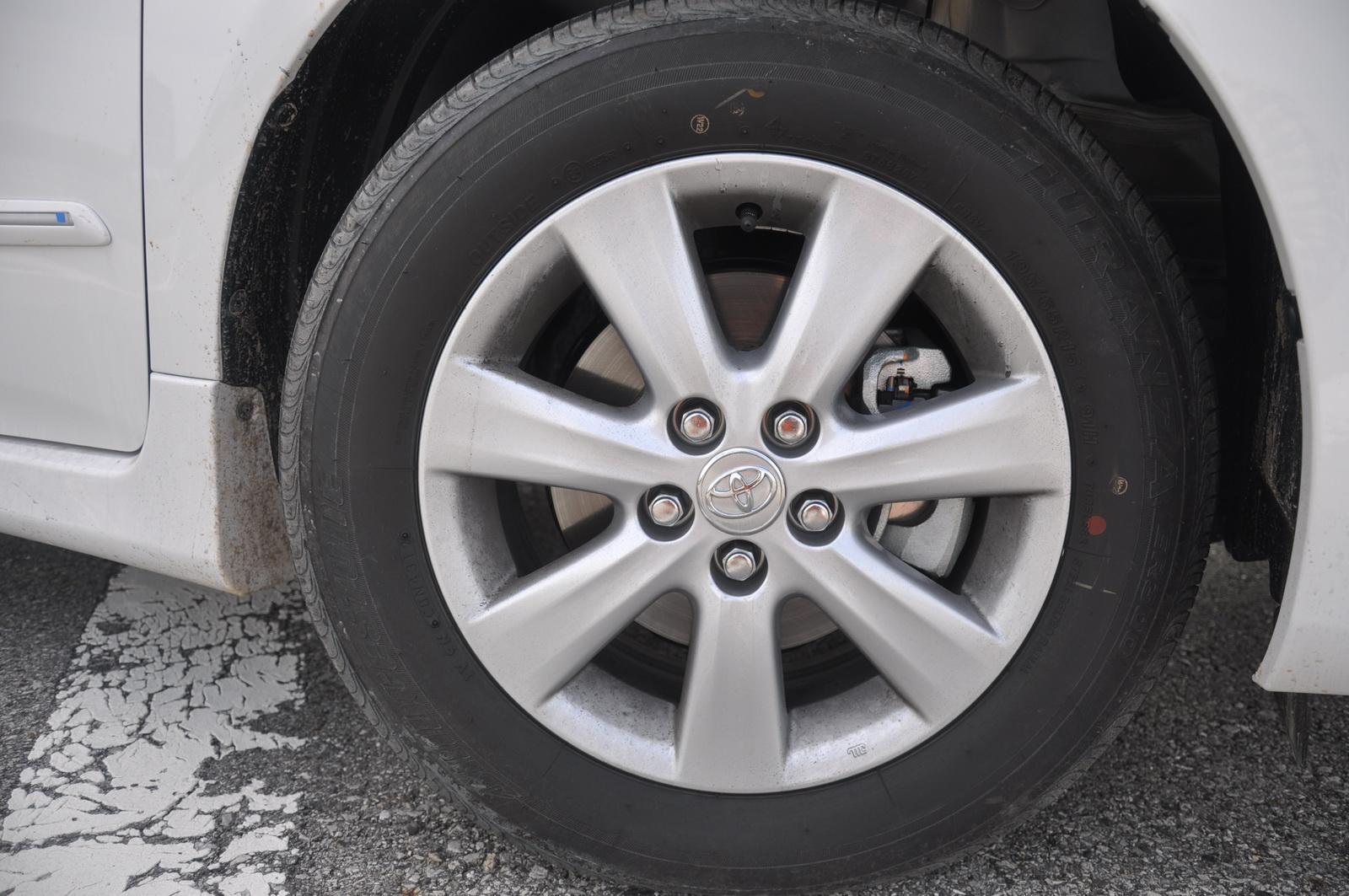 ช่วงล่างคานแข็งดูจะทำให้ Toyota ล้าหลัง เพื่อนๆ ไปมากทีเดียว เพราะหลายค่ายในกลุ่ม Compact หันไปช่วงล่างหลังอิสระกันเยอะแล้ว ทำให้รู้สึกรับรู้ได้เลยว่า รถมีอาการกระเด้งกระดอน ลอยๆ ดูจะไม่เกาะถนนนัก เมื่อใช้ความเร็วที่ค่อนข้างสูง และยังไม่นุ่มนวลเท่าที่ควร แต่ก็ยังรู้สึกแข็งน้อยกว่า Civic อยู่หน่อย แต่ความหนึบและความโคลงตัวรถนั้น ด้อยกว่าอย่างเห็นได้ชัด ซึ่งทำให้ผู้ขับอย่างผม และคนขับรถเน้น Performance ในรถบ้านอยู่หน่อย คงไม่ชอบกับช่วงล่างของ Altis นัก เพราะ คานแข็งในกลุ่ม Sub-Compact Car บางค่ายดีกว่า Altis อย่างชัดเจน ทั้งในเรื่องการดูดซับแรงกระแทก และความมั่นคงของตัวรถ ซึ่งทำให้คนที่อยากได้ช่วงล่างที่ดีขึ้น คงอาจต้องหันไปพึ่ง After Market ไม่ว่าจะใส่ค้ำโช้คหน้า รวมถึง เปลี่ยนสปริง หรือ Shock Up
