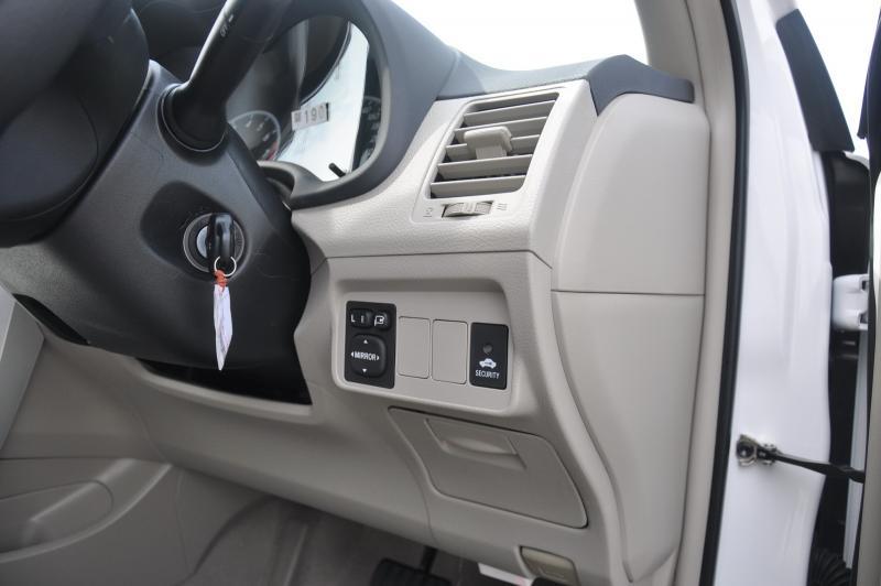 """รูปกายภายนอก ดูๆ แล้วแทบไม่มีอะไรแตกต่างจาก Toyota Altis Minor Change ชุดไฟหน้าเป็น Halogen และชุดไฟท้ายเป็น LED กระจกมองข้างพร้อมไฟเลี้ยวในตัวปรับและพับไฟฟ้า กระจังหน้าเป็นแบบตาข่ายสีดำ ล้อยังเป็นอัลลอยขอบ 15"""" และที่ขาดไม่ได้มีโลโก้ Dual VVT-I ที่อยู่บริเวณแก้มหน้าทั้งสองข้าง สำหรับไฟตัดหมอกที่มีมาให้เป็นอุปกรณ์มาตรฐาน จะให้เฉพาะตัว 2.0 เท่านั้น"""