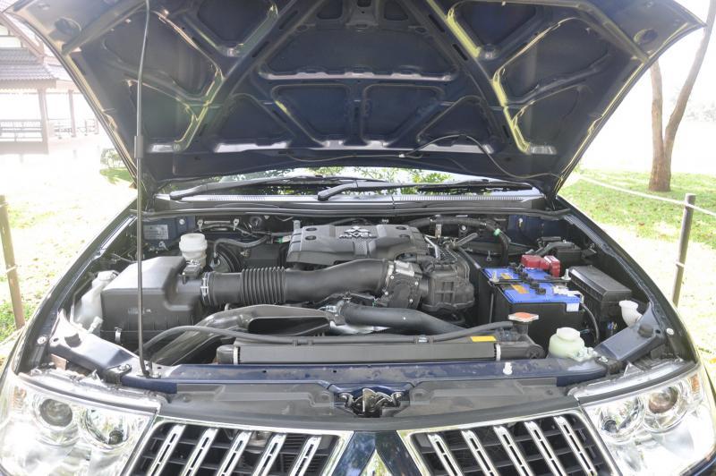 """เครื่องยนต์ เบนซิน V6 SOHC 24 วาล์ว ขนาด 2998cc พร้อมระบบวาล์วแปรผัน MIVEC ซึ่งควบคุมการเปิด-ปิดวาล์วไอดี ช่วยเพิ่มประสิทธิภาพของเครื่องยนต์ในรอบสูง โดยเครื่องยนต์ 6 สูบ V นี้ มีเสื้อสูบเป็นชิ้นส่วนอลูมีเนียม ช่วยให้มีน้ำหนักเบา และระบายความร้อนได้ดีขึ้น ด้านพละกำลังนั้น มีแรงม้าสูงสุดที่ 219แรงม้า@6250rpm กับแรงบิดสูงสุด 281Nm@4000rpm ดูจากแรงม้าแล้วถือว่าเป็น PPV ที่แรงที่สุดในตลาดบ้านเราเลย แต่กับแรงบิดนั้น ยังน้อยกว่าเครื่องยนต์ดีเซล 2.5 L อยู่ดี ซึ่งดูไปแล้วไม่รู้ว่าจะเหมาะสมไหมกับการนำเครื่องยนต์ V6 เบนซิน มาลงในตัวถัง Pajero Sport นี้ เพราะม้ามาให้ใช้เยอะจริง แต่แรงบิดน้อยกว่าเครื่องยนต์ดีเซลชัดเจน แต่การขับแบบทั่วๆไป น่าจะเน้นไปทางแรงบิด ที่รอบต้นๆ มากกว่า ซึ่งจุดนี้ทาง MMTH คงคิดแผนการตลาด """"เหล้าใหม่ ในขวดเก่า"""" เพื่อหวังดึงความสนใจจากลูกค้า SUV มาส่วนหนึ่ง รวมถึงการเติมเต็มช่องว่างของรถยนต์ PPV ที่ต้องการเครื่องยนต์เบนซิน อีกด้วย"""