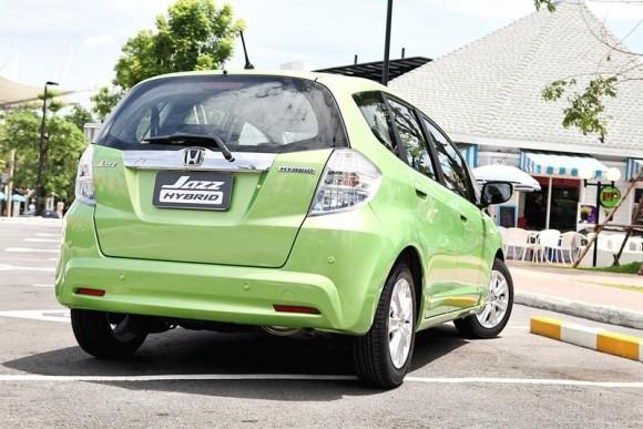 จวบจนในงาน Paris Motor Show  2010 ค่าย Honda  ก็ทำให้โลกตะลึงด้วยการโชว์ผลงานรถยนต์  Honda Jazz Hybrid  ใหม่ อย่างเป็นทางการ ก่อนที่จะเริ่มวางจำหน่ายในยุโรปอย่างเป็นทางการในเวลาต่อมาไม่นานตามด้วยบ้านเกิดเมืองนอนของรถรุ่นนี้ รวมถึงในอเมริกาที่มีการก้าวล้ำในการแนะนำรถยนต์  Honda Jazz EV  เวอร์ชั่นไฟฟ้าล้วน