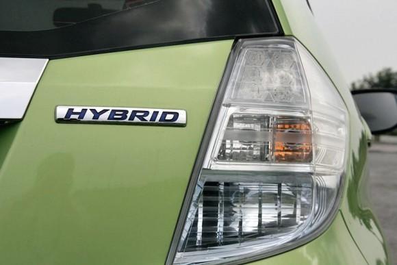 ในการแนะนำเวอร์ชั่นไฮบริดใหม่นี้ Honda ไม่ได้ยุ่งเกี่ยวกับเรือนร่างตัวถังมากมายนัก เนื่องด้วยตั้งแต่เริ่มต้นการออกแบบโครงสร้างรถรุ่นนี้ มันก็ถูกวางหมากให้พร้อมสำหรับความเป็นรถยนต์ไฮบริด แต่เพื่อให้มีความลงตัวมากยิ่งขึ้น Honda Jazz Hybrid  ก็เริ่มต้นการแนะนำรถยนต์รุ่นใหม่ด้วยการปรับองค์ประกอบให้มีความดูดีลงตัวมากยิ่งขึ้น เริ่มจากกระจังหน้าที่มาพร้อมสไตล์โครม ดูมีเสน่ห์ที่ลงตัวมากยิ่งขึ้น เช่นเดียวกับไฟหน้าเลนส์ฟ้าที่ให้ความสดใส และบั้นท้ายจัดความทันสมัยเติมแต่งในแบบ LED  เข้ามา รวมถึงล้ออัลลอยลายใหม่ที่แตกต่างจาก  Honda Jazz  ทั่วไป