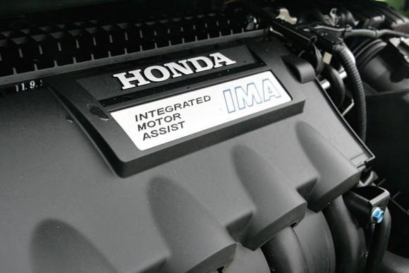 ใต้ฝากระโปรงรถยนต์  Honda Jazz Hybrid  แนะนำเครื่องยนต์ไฮบริด แบบ 4สูบแถวเรียง 8 วาล์ว ขนาด 1.3 ลิตร  ตอบสนองด้วยพละกำลังสูงสุด88 แรงม้าที่ 5800 รอบต่อนาที และปั่นกำลังแรงบิดสูงสุด 121 นิวตันเมตร พ่วงเข้ากับชุดมอเตอร์ไฟฟ้าขนาด 10 กิโลวัตต์ให้กำลังเทียบเท่า 14 แรงม้า แต่ให้กำลังแรงบิดดีในรอบต่ำ 78 นิวตันเมตรตั้งแต่ 1000 รอบต่อนาที ส่งจ่ายกำลังไฟฟ้าจากแบตเตอร์รี่นิคเคิลแคดเมี่ยมไฮไดร์ด แล้วขับง่ายสบายใจกับระบบเกียร์  CVT  ที่สามารถปรับอัตราทดได้ตั้งแต่ 2.526- 0.421 ก่อนจัดส่งลงเฟืองท้ายที่มากับอัตราทดจัดจ้าน 5.274