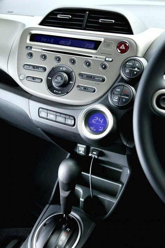 งวดนี้คุณต้า หนุ่มฝ่ายประชาสัมพันธ์อารมณ์ดีของ  Honda  เริ่มต้นด้วยการจัดรถยนต์ Honda Jazz Hybrid  ที่จัดเต็มในความสดใสของตัวรถสไตล์รักษ์โลกสีเขียว ที่ เรารับกุญแจก่อนจัดแจงสิ่งต่างเพื่อให้เข้ากับตัวและเป็นอีกครั้งที่โบกมือลาที่สำนักงานใหญ่ฮอนด้า สู่เส้นทางการทดสอบ