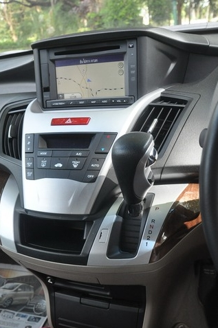 สำหรับการขับรถทดสอบในครั้งนี้ ต้องขอขอบคุณพี่ PR Honda Automobile อีกครั้ง ที่เอื้อเฟื้อรถมาให้ทางเราได้ทดสอบกันมาโดยตลอด สำหรับในครั้งนี้เป็นรถยนต์ Honda Odyssey รุ่นล่าสุด ซึ่งได้นำมาทำตลาดเพียงรุ่นเดียว คือ JP ซึ่งได้เปิดตัวไปพร้อมกับรถยนต์นำเข้าอีก 2 รุ่น คือ CR-Z และ Stepwagon Spada สำหรับคันนี้เป็นรถของทางการตลาด เป็นสีเทาเมทัลลิก Polished Metal Metallic กับระยะทางที่ใช้เดินทางทั้งหมดเกือบ 700กม. แต่ในช่วงคำนวณ อัตราสิ้นเปลืองวิ่งไปทั้งหมด 324.7กม. แต่ขอบวกระยะทางอีก 2กม. เพื่อคิดเป็นระยะจากปั๊มน้ำมันกลับมาที่ Honda สำนักงานใหญ่ อุดมสุข เติมน้ำมันกลับเข้าไป 28.865 ลิตร คิดอัตราสิ้นเปลืองได้ 11.32กม./ลิตร น้ำมันที่ใช้เป็นน้ำมันแก้สโซฮอล์ 91 โดยในช่วงประมาณ 150กม.แรก วิ่งใช้งานในตัวเมืองกรุงเทพฯ ซึ่งการจราจรมีทั้งปานกลางและติดบ้างพอสมควร หลังจากนั้นก็วิ่งขึ้นทางด่วนมุ่งหน้าออกไปยัง มวกเหล็ก สระบุรี ซึ่งตลอดการเดินทางนั้นมีผู้โดยสารอีก 1 คน กับกระเป๋าสัมภาระอีกเล็กน้อย สไตล์การขับขี่ใช้โหมด Econ ตลอด และในช่วงวิ่งทางโล่งรักษาความเร็วเฉลี่ย 90-100กม./ชม. ซึ่งกับตัวเลขที่ได้นี้ ค่อนข้างใกล้เคียงกับที่คาดไว้ในใจ อยู่ในเกณฑ์ที่พอรับได้ กับเครื่องยนต์ที่จัดจ้านขับเอามันได้ และมีม้าถึง 180ตัว