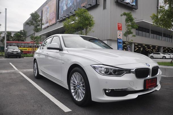 All-New BMW 3 Series 2012 รหัสตัวถัง F30 ถือเป็น 3 Series Generation ที่ 6 นับตั้งแต่ E21, E30, E36, E46 และ E90 เป็นเวลานานถึง 36 ปี จนมาถึงตัวถังล่าสุดในปี 2012 นี้ ได้เปลี่ยนรหัสตัวถังจาก E เป็น F มันคือจุดเปลี่ยนซึ่งเป็นความโดดเด่นที่แตกต่างจากตัวถังรุ่นก่อนๆ นั่นก็คือ มีการแตกไลน์หรือรุ่นย่อยออกเป็น 3 ไลน์ด้วยกัน ได้แก่ Sport , Modern และ Luxury โดยทั้ง 3 รุ่นนี้ ได้ทำการตกแต่งในสไตล์ที่แตกต่างกันออกไป เพื่อเป็นการตอบโจทย์แก่กลุ่มลูกค้าในแต่ละวัยให้มากขึ้น และเทคโนโลยีที่มีการพัฒนาเพิ่มเติมในอีกหลายด้าน สำหรับตัวที่ทำการเปิดตลาดในบ้านเราปีนี้ เป็นเครื่องยนต์ดีเซล Twin Turbo 2000cc มีรหัสรุ่นว่า 320d ซึ่งมีราคาเดียวนั่นคือ 2.99 ล้านบาท (ราคาจากทางศูนย์ BMW ประเทศไทย)
