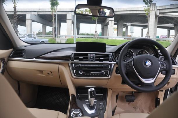 """ภายใน มีให้ทั้งความหรูหราสะดวกสบายและลูกเล่นมากมาย เบาะนั่งปรับไฟฟ้าที่มีระบบ Seats With Drive Memory สามารถจดจำการตั้งค่าเบาะได้ 2 ค่า จอแสดงผล iDrive แบบ Free Standing ขนาด 8.8"""" ซึ่งเป็น Infotainment ที่มีทั้งระบบนำทาง, ระบบ BMW Connected Drive ซึ่งให้คุณเข้า Application Facebook, Twitter รวมถึงการเข้าถึงอีเมล ซึ่งสามารถเชื่อมต่อผ่าน Gadget ของ Apple อย่าง iPhone และ iPod, ระบบเชื่อมต่อโทรศัพท์ผ่าน Bluetooth และที่ขาดไม่ได้ระบบ Hand Free Trunk Opening ซึ่งมีเซ็นเซอร์เปิดฝากระโปรงท้ายโดยไม่ต้องใช้มือ เพียงยื่นปลายเท้าเข้าไปที่ด้านใต้ฝากระโปรงท้าย ฝากระโปรงจะเด้งเปิดออกให้โดยอัตโนมัติ"""