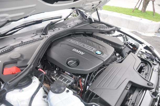 ในด้านการขับขี่ เครื่องยนต์ดีเซล Twin Turbo Intercooler 2,000cc DOHC 16 วาล์ว ให้กำลัง 184PS กับแรงบิด 380Nm มันมีกำลังมากพอตัวทีเดียว เท่าที่ได้ลองขับดูใน Sport Mode ซึ่งเป็นระยะทางสั้นๆพบว่า การออกตัวในรอบต่ำๆ ช่วงแรกเป็นแบบเรื่อยๆ ไม่ได้เอื่อยหรือเร็วมากมาย แต่ในรอบกลางๆไปจะพบว่า Torque จะเริ่มมามากขึ้น รอบกวาดไวขึ้น น่าจะเป็นลักษณะนิสัยของรถเครื่องยนต์ Turbo ที่มีแรงอัดไอเสียมากขึ้นไปปั่นใบพัด และเมื่อเทียบกับ Comfort Mode (ซึ่งเป็น Mode ขับขี่แบบปกติ) จะรู้สึกถึงการตอบสนองต่อคันเร่งที่ไวมากกว่า กดนิดเดียวรอบก็มา และลากรอบได้มากขึ้น ขับมันขึ้นจริง แบบสัมผัสได้ด้วยปลายนิ้วเดียว เมื่อลองกดเปลี่ยนไปที่ Eco Mode ก็รู้สึกได้ชัดเจนถึงการตอบสนองต่อคันเร่งที่ช้าลง และรอบค่อยๆไต่ขึ้นอย่างค่อยเป็นค่อยไป และในตัวถังนี้ได้มีการพัฒนาให้มีระบบ Auto Start/stop Function ของเครื่องยนต์ ซึ่งจะช่วยลดอัตราสิ้นเปลืองในขณะที่การจราจรติดขัดได้อีกด้วย