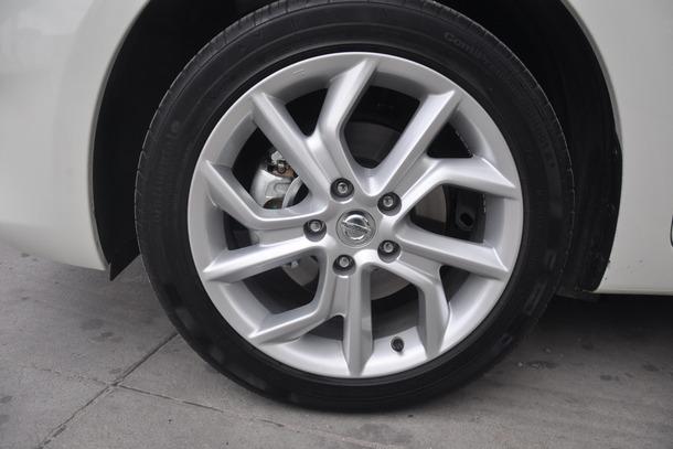 ระบบส่งกำลัง เกียร์ Xtronic-CVT ที่เป็นเอกสิทธิ์ของ Nissan เหมือนเดิมเช่นเดิม ที่มีจุดเด่นในเรื่องความ Smooth ในการขึ้นเกียร์และการตอบสนองของเกียร์ที่รวดเร็ว และช่วยได้ดีในเรื่องการประหยัดน้ำมัน แต่ถ้าจะเน้นการขับขี่แบบสปอร์ต กับเกียร์ CVT คงจะเรียกสมรรถนะได้ออกมาไม่เต็มที่นัก ซึ่งถ้าเป็นไปได้ในตัวของ Pulsar ถ้ามีการแตกใน Sport Line ออกมา จับชนเกียร์ Manual อาจจะเรียกความสนใจจากกลุ่มลูกค้าได้อีกระดับ เพราะในจังหวะเร่งแซง เหยียบคันเร่งมิด เกียร์จะคาที่รอบสูงคาแช่อยู่ราวเกือบๆ 6000rpm และปล่อยให้ความเร็วค่อยๆไต่ไป แต่ทว่า ในหลายจังหวะกับให้ความรู้สึกที่ว่า ถ้าใช้เกียร์ AT ปกติ ซึ่งเป็นแบบ Torque Converter จะพอมีแรงดึงให้ได้สัมผัสอรรถรสกันบ้าง รวมถึง ให้ความรู้สึกว่าการไล่ความเร็ว จะไล่ขึ้นได้ดีกว่านี้ และถ้าลองกดปุ่มสปอร์ตที่ก้านเกียร์ ซึ่งที่จริงเป็นปุ่ม Over Drive ไว้ใช้ในการเร่งแซง เมื่อแซงเสร็จปุป จะต้องทำการปิดปุ่มนี้ทันที เพราะมิเช่นนั้น จะเป็นการขับรถแบบลากเกียร์ ซึ่งเมื่อรอบอยู่เกือบจะ Red Line ความเร็วจะไม่ไปต่อแล้ว แต่จุดที่่ชอบของการใช้ปุ่มสปอร์ตนี้ คือ การลบข้อเสียในจังหวะยกเคันเร่ง เพื่อเตรียมโยกหลบ และต้องการเดินคันเร่งต่อ ถ้าเป็นโหมดธรรมดาเกียร์ตัดขึ้นให้ทันทำให้ต้องมา Kick Down ไล่รอบเครื่องใหม่ แต่ในสปอร์ตโหมดนี้ รอบจะคารอไว้ให้เลย พร้อมที่จะกระแทกคันเร่งเพื่อทยานพุ่งต่อไปได้