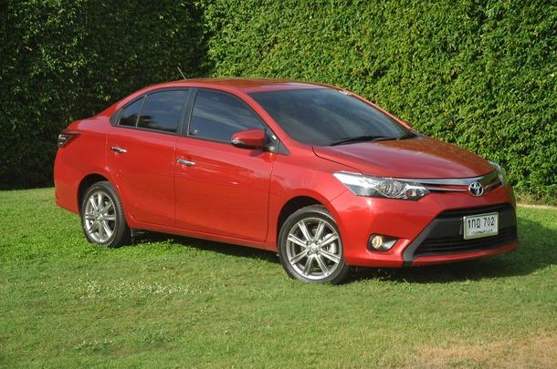 ภายนอกสปอร์ตเต็มพิกัดในคราบ City Car Toyota ได้ทำการออกแบบดีไซน์ภายนอกใหม่ทั้งหมด ถือว่าสวยงามโดนใจ ใครหลายๆ คน ถ้าเมื่อเทียบกับตัวเก่า จะเพิ่มความยาวขึ้นอีก 110 มม. และความสูงขึ้นอีก 15 มม. ซึ่งจุดเด่นภายนอก หลักๆ น่าจะเป็นในเรื่องของ การเน้นด้านอากาศพลศาสตร์ของตัวรถ ( Aerodynamics ) ซึ่งการดีไซน์หลังคา แบบ Catamaran (มีแนวเส้นสันโหนกหลังคา 2 เส้น) อันเป็นเอกลักษณ์เฉพาะของ New Vios คันนี้ ช่วยลดแรงปะทะของลม จึงช่วยทั้งในส่วนอากาศพลศาสตร์อีกทั้ง ในเรื่องเสียงลมปะทะกดลดลงด้วย ซึ่งขับที่ความเร็วประมาณ 100 กม./ชม. ยังทำได้เงียบดี ไม่แพ้รถในระดับ C-Segment หลายรุ่น พร้อมการติดตั้ง ครีบเรียงอากาศ ที่กระจกมองข้างและไฟท้าย โดย ครีบ นี้จะเป็นเหมือนการเสริมแรงกดทางอากาศ ส่งผลให้รถมีแรงกดที่ความเร็วสูง รถจะมีแรงยึดเกาะถนนเพิ่มมากขึ้น กระจังหน้าขนาดเล็กลงเพื่อลดแรงต้านอากาศ รวมถึงบริเวณใต้ท้องรถก็ปรับการดีไซน์ลดแรงต้านด้วยเช่นกัน โดยรวมแล้วการดีไซน์แบบใหม่ที่เน้น Aerodynamics นี้เสริมทั้งความหล่อและลู่ลมแล้ว ยังช่วย ทำให้อัตราสิ้นเปลืองดีขึ้นอีกนิด และตัวเลขค่าสัมประสิทธิ์แรงเสียดทาน (cd) ของ Vios ใหม่นี้อยู่ที่ 0.286 เท่านั้น ซึ่งใกล้เคียงกับรถ Hybrid Hatchback หรู อย่าง Lexus CT200h