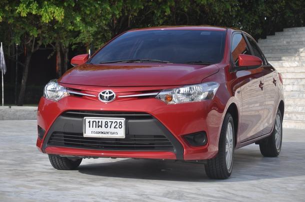 สำหรับ Toyota Vios โฉมใหม่นี้ มัน ถือเป็น Generation ที่ 3 แล้ว จากการที่เป็นรถยอดฮิตขายดีในบ้านเรา มายาวนานถึง 10 กว่าปี โดยเริ่มตั้งแต่ Soluna Vios ในปี 1997 กลายมาเป็น Toyota Vios โฉมแรก และถูกจับแปลงโฉมเป็น Generation ที่ 2 ในปี 2007 และล่าสุดปี 2013 นี้ Toyota Vios Generation 3 นี้ถูกเปิดเผยตัวเป็นที่แรกของโลกในงาน Bangkok International Motor Show ที่ผ่านมาเมื่อ 2 เดือนก่อนนี้ มันจะเป็นเพียงแค่การเปลี่ยนฝาครอบกระดอง อย่างที่หลายๆ คนว่ากันจริง หรือไม่นั้น และที่สำคัญ Toyota จะกลับมาดึงส่วนแบ่งกลุ่ม B-Segment คืนมาได้หรือไม่ จากที่โดนหลากหลายค่ายแย่งชิงส่วนแบ่งในกลุ่ม City Car ไป ต้องมาติดตามชมกับสมรรถนะ New Vios ใหม่คันนี้