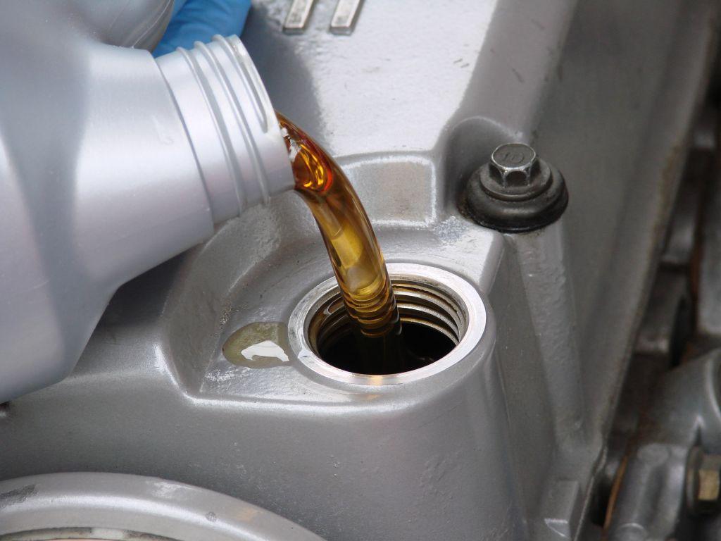 สิ่งที่เราต้องเปลี่ยนบ่อยที่สุดในอายุการใช้งานของรถยนต์ก็คือน้ำมันหล่อลื่นเครื่องยนต์ ที่ผมอยากจะกล่าวถึงเรื่องนี้ก็เพราะว่าหลายคนมักจะไม่แน่ใจว่าจะเลือกน้ำมันเครื่องอย่างไรดี ส่วนใหญ่นั้นมักจะเลือกจากยี่ห้อเป็นหลัก ซึ่งทำให้น้ำมันหล่อลื่นเครื่องยนต์บางยี่ห้อที่มีคุณภาพดีๆถูกมองข้ามไป อย่างน่าเสียดาย เรามาเริ่มด้วยการอธิบายหน้าที่ของน้ำมันหล่อลื่นเครื่องยนต์กันก่อนดีกว่า