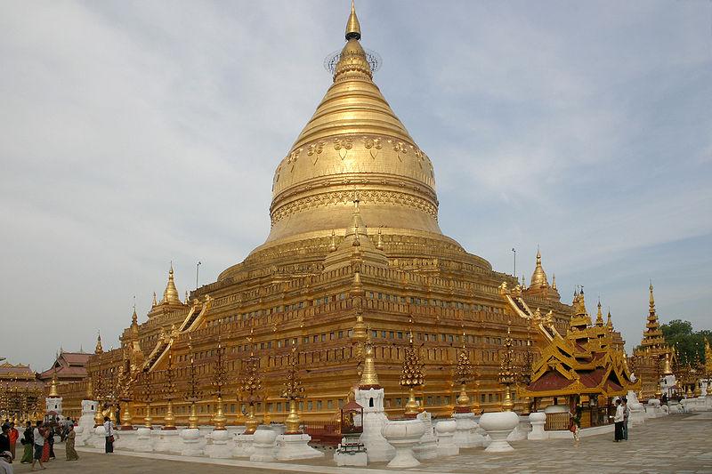 พระมหาธาตุเจดีย์ชเวสิกองอีกหนึ่งในมหาสักการะสถานศักดิ์สิทธิ์ของพม่าอยู่ทีพุกาม ทีสร้างขึ้นต้งแต่สมัยพระเจ้าอโนรธา ที่ประดิษฐานพระพระบรมสารีริกธาตุส่วนหน้าผาก และเขี้ยวแก้วที่อัญเชิญมาจากศรีลังกา เจดีที่งามสง่าด้วยสีทองและ ภายในบริเวณยังมีหอนัตที่ชาวพม่านับถือด้วย