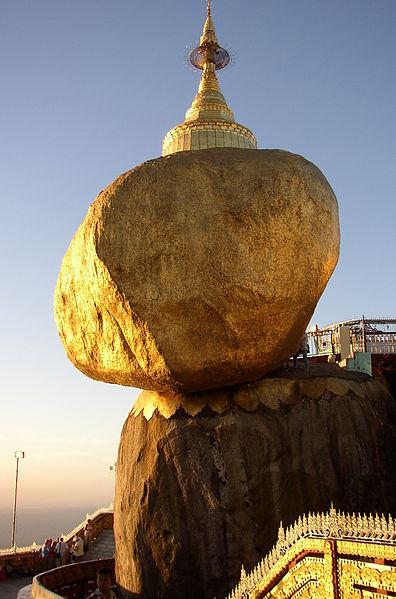 พระธาตุอินทร์แขวน หรือ พระธาตุเจดีย์ไจก์ถิโยพระธาตุอินทร์แขวน หรือ ไจก์ทิโย ที่เชื่อว่าพระอินทร์มาเนรมิตไว้ในรัฐมอญ เป็นเจดีย์ที่สร้างบนก้อนหินฉาบด้วยสีทองอร่ามบนเชาสูงกว่า 1200 เมตร ที่ดูหมิ่นเหม่ แต่กลับตั้งอยู่มั่นคงดังปาฎิหาริย์ เป็นปลายทางจาริกแสวงบุญสำคัญของชาวพม่าที่ เชื่อว่าได้กุศลเท่ากับการนมัสการเจดีย์จุฬมณีบนสรวงสวรรค์