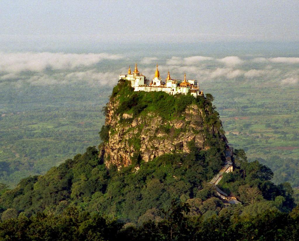 มหาคิรีนัต มหาคิรีนัต คือ เทือกเขาสูงตะหง่านนอกเมืองพุกามออกไปราวหนึ่งชั่วโมงครึ่ง คือที่สถิตย์ของนัตทั้ง 37 ตนตามความเชื่อของชาวพม่า อันเป็นวิณญาณศักดิ์สิทธิ์อันเป็นที่นับถือกับอย่างแพร่หลายก่อนที่ศาสนาพุทธ จะมาก่อนจะเข้ามาเผยแพร่ด้วย