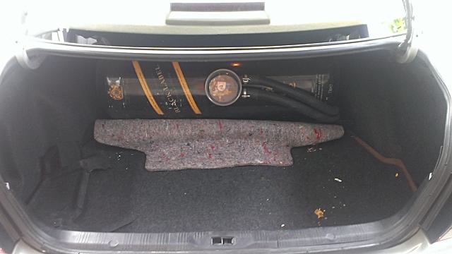 ห้องเก็บสัมภาระด้านหลังถือว่าใหญ่มากทีเดียว อย่างเช่นในรถของผมที่ด้านท้ายมีถังแก๊สขนาด 60 ลิตรอยู่ด้วยยังสามารถใส่กระเป๋าเดินทางใบใหญ่ได้อีก