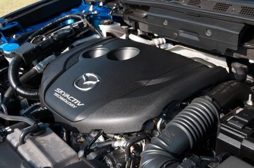 เครื่องยนต์ดีเซล คอมมอนเรล ขนาด 2.2 ลิตรDOHC 4 สูบ 16 วาล์ว ซึ่ง Mazda เลือกใช้ระบบวาล์วไอเสียแปรผันเพียงด้านเดียว ต่างจากรุ่นเครื่องยนต์เบนซินที่เป็นแปรผันคู่ ไอดี-ไอเสีย ส่วนระบบรีดอากาศเป็นเทอร์โบแบบ 2 ขั้น (2- Stage Turbocharger) ซึ่งจะช่วยรีดแรงบิดในรอบต่ำ และลดการปล่อยไอเสียลง ให้กำลังสูงสุด 175 แรงม้า ที่ 4,500 รอบต่อนาที แรงบิดสูงสุด 420 นิวตัน-เมตร ที่ 2,000 รอบต่อนาที ซึ่งตัวเลขนี้ถือว่าดีกว่า แคปติวา ดีเซล ที่ใช้เครื่องยนต์ 2.0 ลิตร (163 แรงม้า, 360 นิวตัน-เมตร) เครื่องยนต์ให้การตอบสนองที่ดีเยี่ยมตั้งแต่รอบต่ำ ทันทีที่กดคันเร่งลงไป รถก็จะพุ่งตัวออกไปอย่างกระตือรือล้น และส่งกำลังอย่างต่อเนื่องโดยมีเทอร์โบลูกใหญ่รอรับช่วงส่งกำลังต่อไป ความกระตือรือร้นของรถนั้น ส่วนหนึ่งเป็นผลมาจากน้ำหนักของรถยนต์ที่ลดลงไปอย่างมาก ด้วยการออกแบบทางวิศวกรรมที่ทำให้แชสซีมีน้ำหนักลดลง 14% และตัวถังก็น้ำหนักลดลงไปอีก จนเรียกว่าน่าจะเป็นเอสยูวีที่น้ำหนักเบาที่สุดในคลาส
