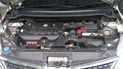 มาถึงเรื่องของเครื่องยนต์กันบางครับ รถออฟชั่นนี้ ใช้เครื่องยนต์รหัส MR18DE ขนาดความจุ 1798 CC แบบสี่สูบเรียง DOHC 16V CVTC ( Continuously Variable-valve timing control ) หัวฉีดอิเล็กทรอนิกส์มัลติพอยท์ ( ECCS ) 32 bit แรงม้าสูงสุง 126 แรงม้าที่ 5200 รอบ แรงบิด 17.7 กก.-ม. ที่ 4800 รอบ เรียกได้ว่าพอใช้ครับแต่ไม่ถึงกับปรู๊ดปร๊าดซะทีเดียว ถ้าชอบรถแบบกดแล้วมีคความรู้สึกของแรงดึงของเครื่องแบบสะใจแล้วละก็ บอกได้เลยครับว่าเจ้า NISSAN 1.8G Hatchback คันนี้คงไม่ใช่ตำตอบของคุณแต่ถ้าใช้ขับแบบทั่วๆไปก็ถือว่าพละกำลังก็ไม่ได้ขี้เหล่อะไรมากครับ