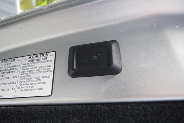 สำหรับคันที่นำมารีวิวนี้ เป็น รุ่น TOYOTA HARRIER AIR-S (โลโก้เป็น LEXUS แต่ตัวรถจริงๆแล้วเป็น Toyota ครับ) เครื่อง 1mz-fe vvti 2,994 ซ๊ซี 220 แรงม้า ขับเคลื่อนสี่ล้อ ความพิเศษของคันนี้อยู่ตรงช่วงล่างถุงลม ที่สามารถปรับความสูงต่ำได้ 3 ระดับ และระบบยุบตัวขณะจอดเพื่อให้สามารถขึ้น-ลง ได้ง่ายขึ้น ฝาท้ายเปิด-ปิด ไฟฟ้า ด้วยรีโมท หรือกดปุ่มในห้องโดยสาร