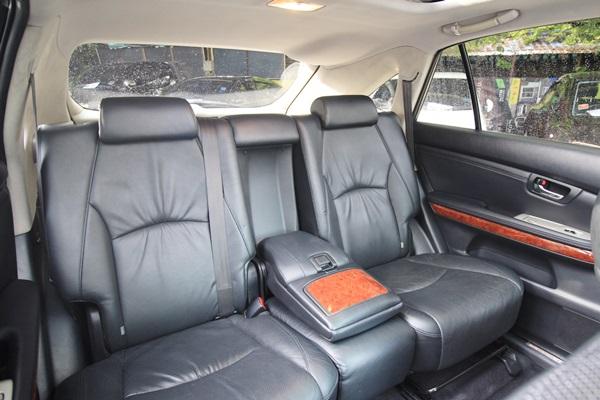 ภายในตกแต่งด้วยลายไม้ Maple or Walnut wood trim และโครเมียม โทนสีใช้สีดำเป็นหลักทั้งเบาะนั่งและแพงประตู วัสดุหนังนุ่มมือและโอบกระชับนั่งสบาย เบาะคู่หน้าปรับไฟฟ้า เบาะหลังพับแยกได้ 4:2:4 ระบบทำความเย็นแบบแยกซ้าย-ขวา มีช่องแอร์หลังให้ความเย็นทั่วถึง หลังคาแบบพาโนรามิคซันรูฟ ให้คุณได้เห็นมุมมองที่แตกต่างกว่าเคย