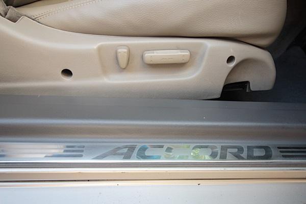 HONDA ACCORD 2.3 VTi ( ABS/ABG/LEAT) ปี 2000 millennium edition รุ่นพิเศษ หายาก ออพชั่นครบ ม่านหลัง เครื่องฟอกอากาศ เซ็นเซอร์กะระยะหน้า-หลัง เบาะหนังปรับไฟฟ้า ถุงลมนิรภัยคู่หน้า เบรคABS ไฟตัดหมอกหน้า กระจกปรับ+พับไฟฟ้า จัดไฟแนนซ์ได้ผ่อนสบายๆ