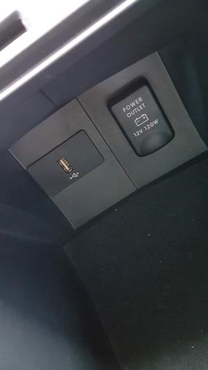 เนวิเกเตอร์ทำงานได้ดีไม่มีสัญญาณขาดหาย  ช่องเสียบชาร์ต พร้อม USB ซ่อนอยู่ในกล่องที่วางแขน