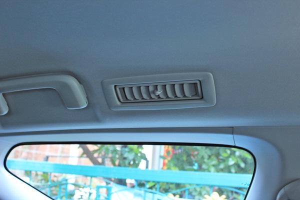 ความสะดวกสบายสำหรับผู้โดยสารของรถคันนี้ก็เพียบพร้อมด้วยจอเพดาน พร้อมชุดหูฟังอินฟาเรด ที่แยกกันระหว่างจอด้านหน้า กับจอบนเพดานทำให้ไม่รบกวนผู้ขับขี่
