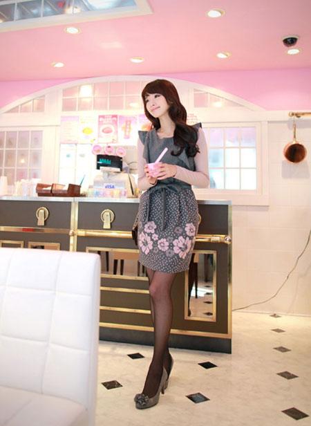 เดรสแฟชั่นเกาหลี ผ้าทอนุ่ม แขนกุด กระโปรงลายดอก Chu ViVi พร้อมส่ง 251