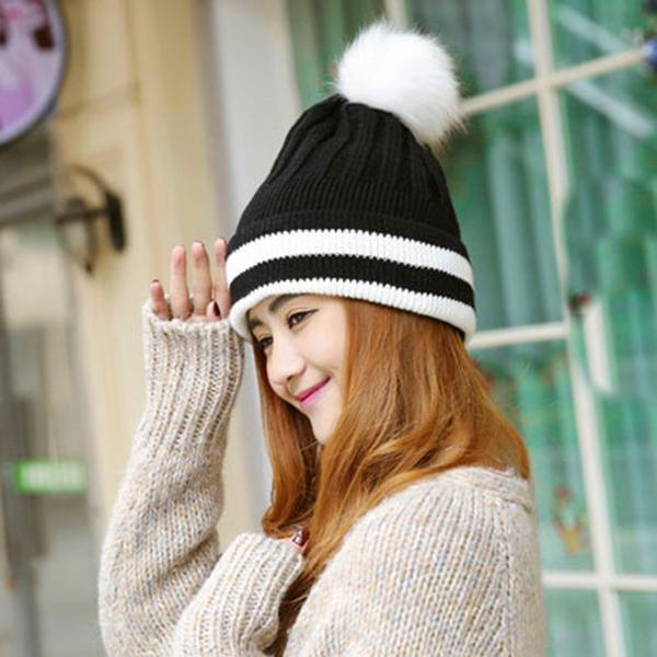 หมวกแฟชั่นหน้าหนาว ไหมพรมถักลายนูนแต่งปอมใหญ่ ซับขนแกะอุ่นมาก